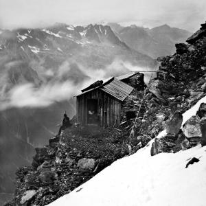 Cabane des Grande Mulets et Chaine des Aiguilles Rouges  ca 1870